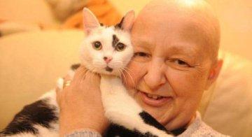 Wendy Humphreys junto a su gato Fidge