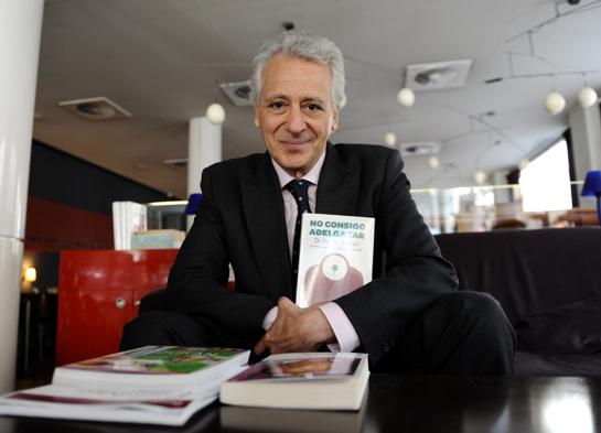 Pierre Dukan posando con su exitoso libro No consigo adelgazar. Foto lavozlibre